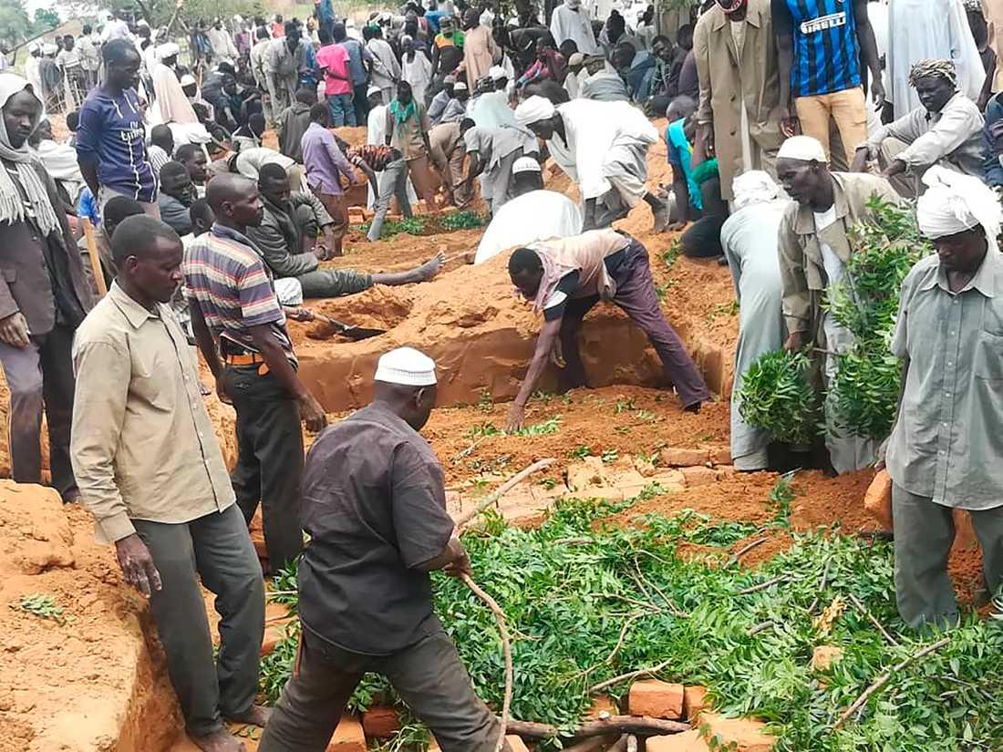 Invånare begraver offer efter en attack i somras i västra Darfurprovinsen i Sudan. Arkivbild.