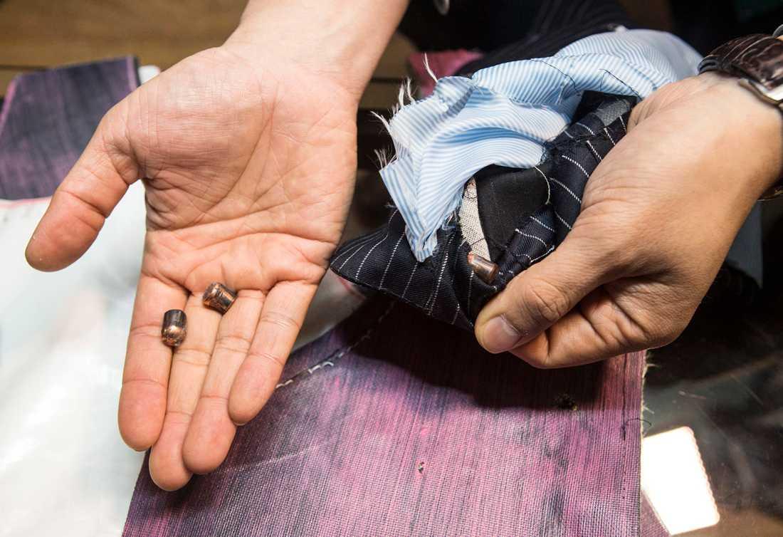 Tack vare nanokoltuber skyddar den mot knivar och kulor utan att se ut som en traditionell skyddsväst, enligt skräddaren i Toronto.