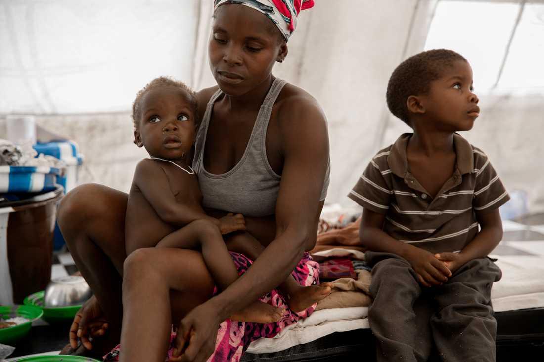 Helena är osäker på hur gammal hon är, vet inte vilket år hon föddes. I sitt knä håller hon sin yngsta son, Abel, som är ett år och åtta månader. Bakom henne leker de två andra sönerna, Abrahem, 5 och Emanuel, 7. De har varit på utredningscentret i 10 dagar, eftersom de exponerats för ebolasmitta. Om elva dagar skrivs de ut - om de inte får ebola innan dess.