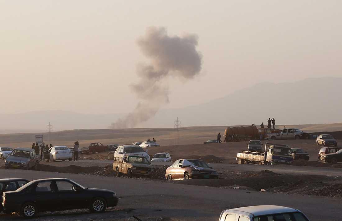 Rökpelare efter den första amerikanska luftattacken mot IS i norra Irak.