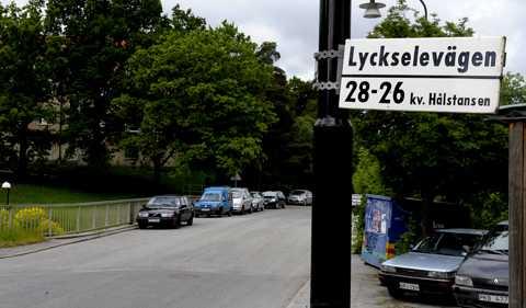 En 22-årig kvinna förföljdes av en man och våldtogs på väg hem från tunnelbanan i Vällingby i västra Stockholm.