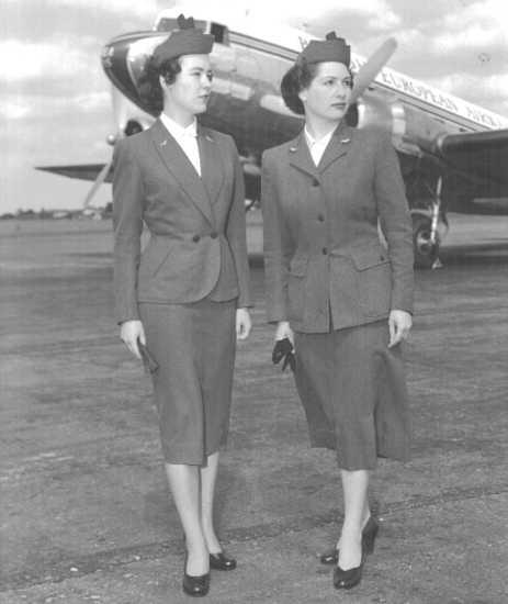 1954 till 1960 bar kabinpersonalen samma uniform.