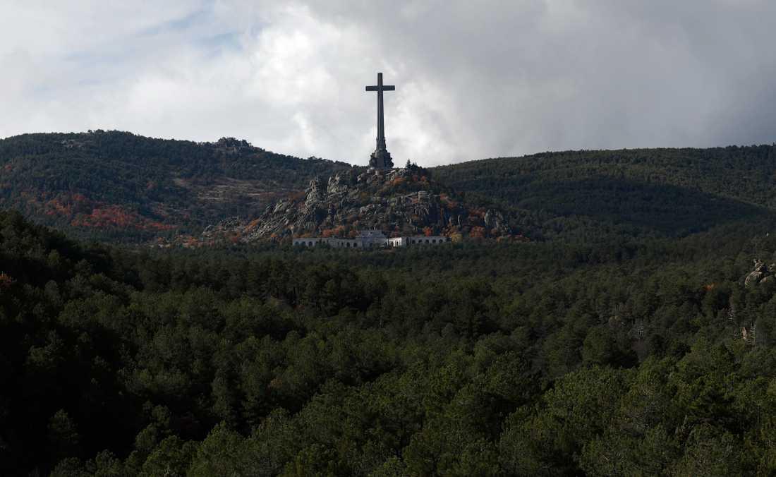 Nu är det klart att den forne spanske diktatorn Francisco Francos grav kommer att flyttas. Nu ligger han begravd i ett mausoleum uthugget i bergssidan i De stupades dal. Arkivbild.