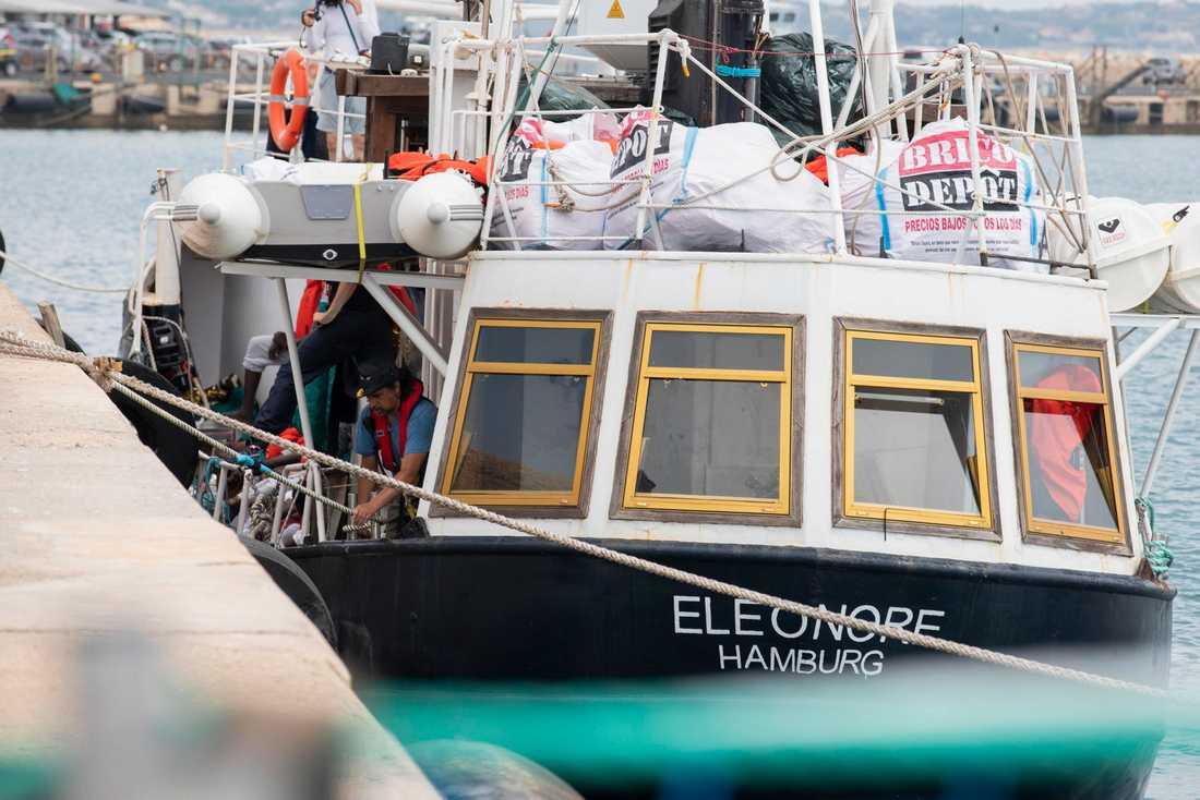 Personal på det tyska räddningsfartyget Eleonore, då båten lade till vid hamnen Pozzallo på Sicilien i södra Italien under måndagen. Båten har beslagtagits av italienska myndigheter.