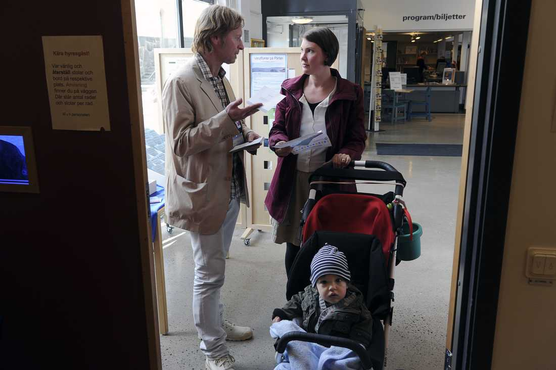 Åsa Lindström kom till vallokalen med sonen Oscar i barnvagn. Hjälp att rösta gick att få - men partipolitiska valarbetare var det ont om i Bergsjön.
