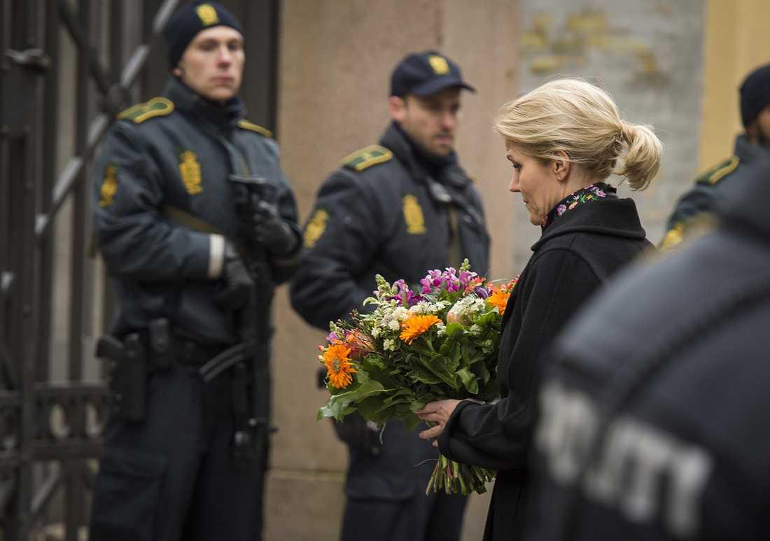 Danmarks statsminister Helle Thorning-Schmidt med blommor utanför synagogan vid Krystalgade där en person sköts ihjäl.