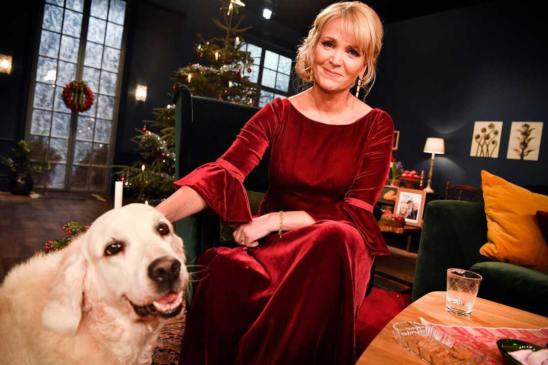 Kattis Ahlström pustar ut med hunden Nellie vid 23-tiden på julaftonskvällen.