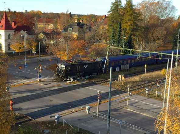 Tåget lyckades inte stanna vid stationen i Sala utan körde bara förbi – och spårade sedan ur.