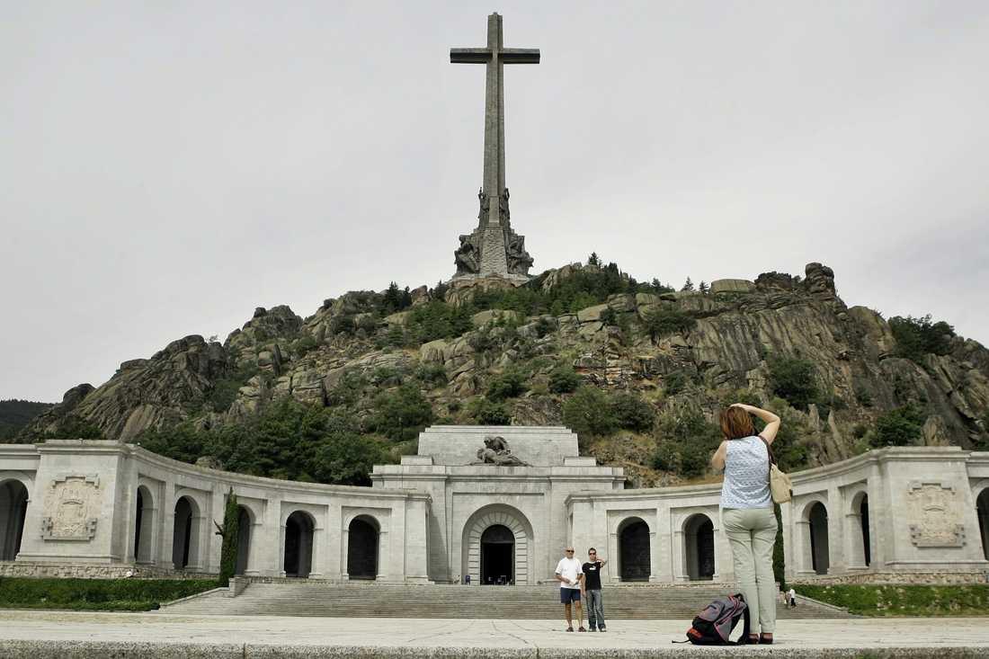 Det gigantiska mausoleet Valle de los Caídos (De fallnas dal) där den spanska diktatorn Franco vilat sedan sin död 1975. Platsen lockar turister såväl som anhängare till Franco. Arkivbild.