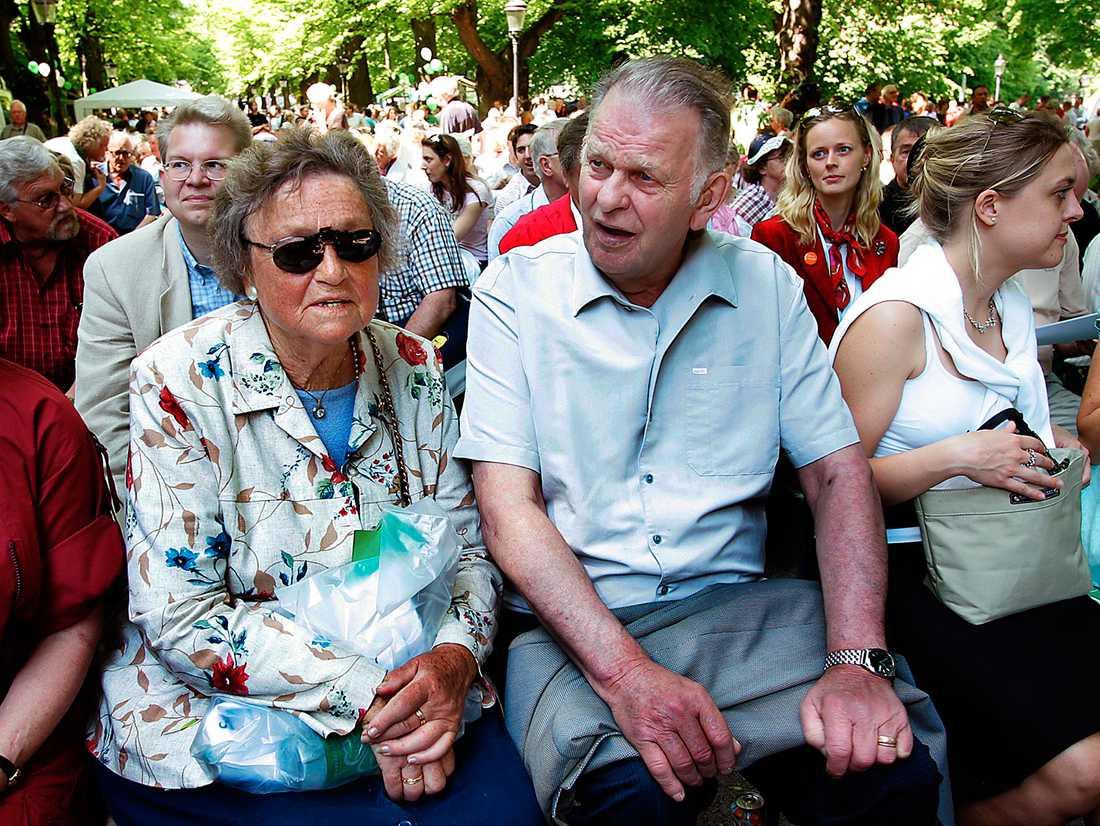Centerstämman 2005. Karin Söder och Thorbjörn Fälldin i Humlegården för att lyssna på Maud Olofsson.