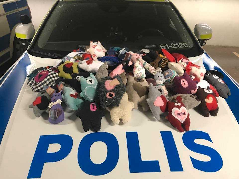 Alla polisbilar i Karlskrona förses med nallar.
