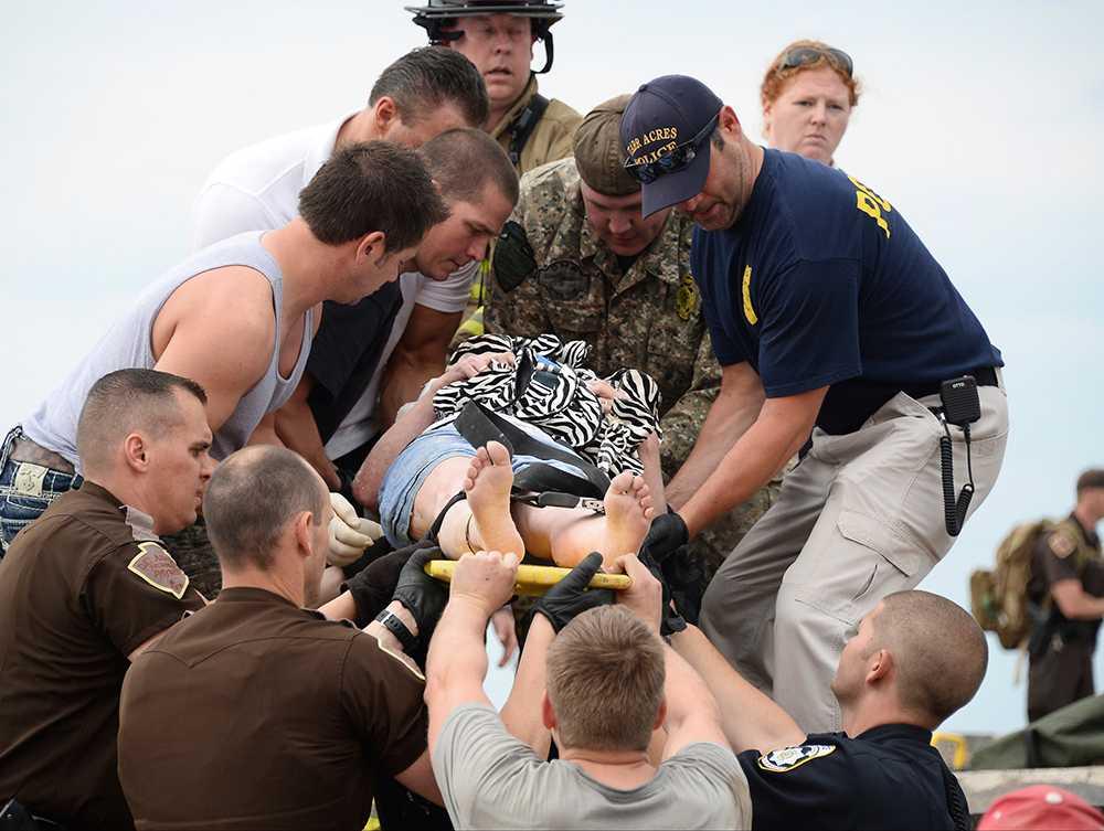 Räddningsarbetare undsätter en av de femton personer som stängts inne i en sjukhusbyggnad efter tromben