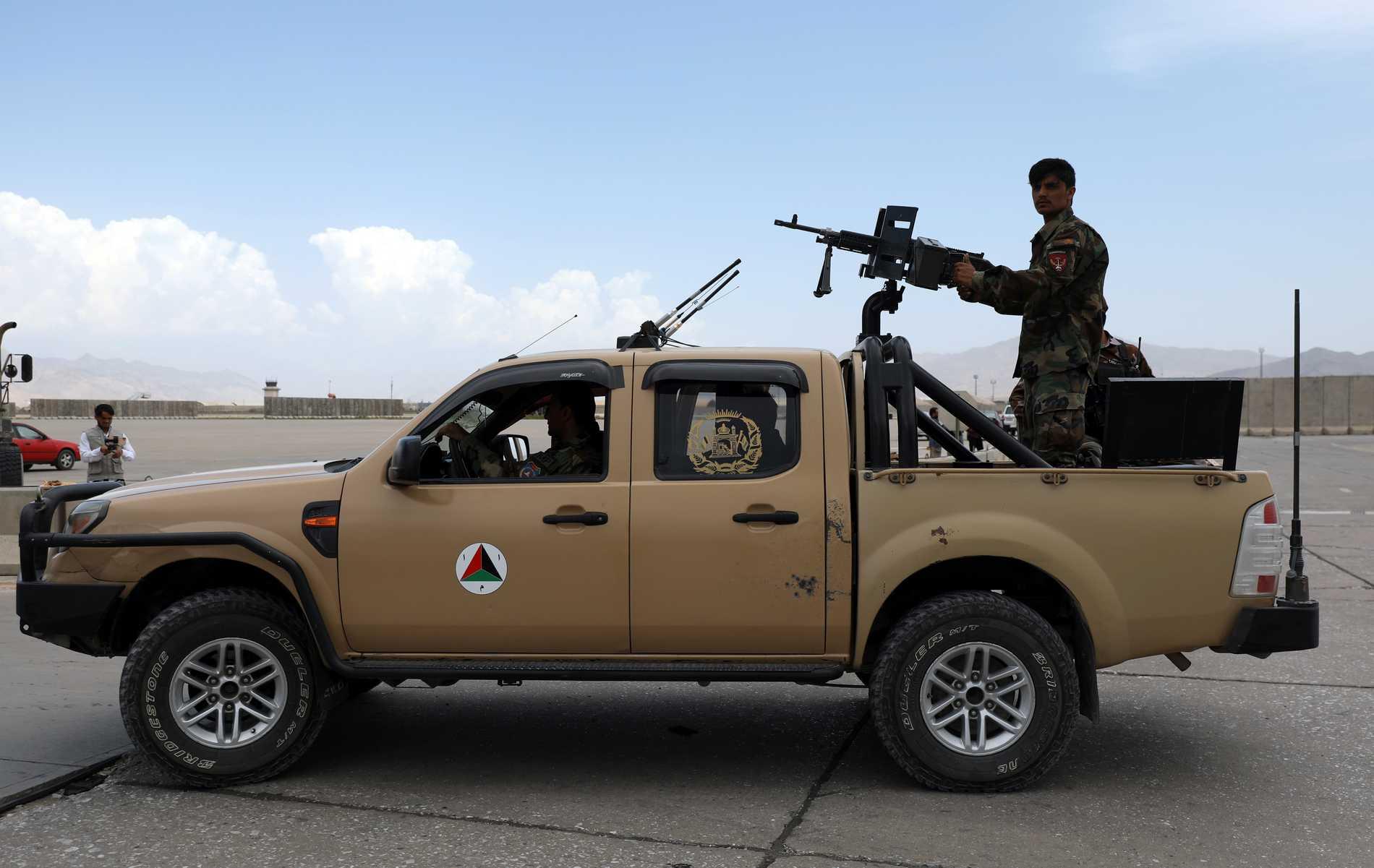 Afghanska soldater patrullerar flygbasen Bagram efter att de amerikanska trupperna dragit sig tillbaka. Arkivbild.