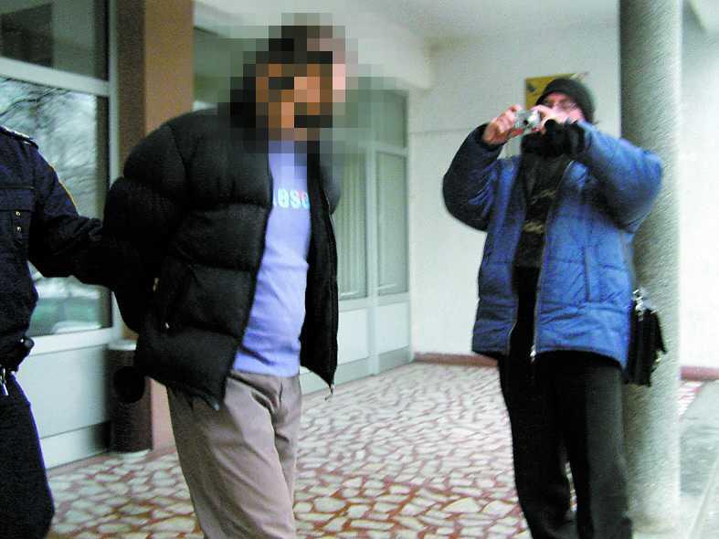 En av de mordmisstänkta lämnar domstolen i Banja Luka.