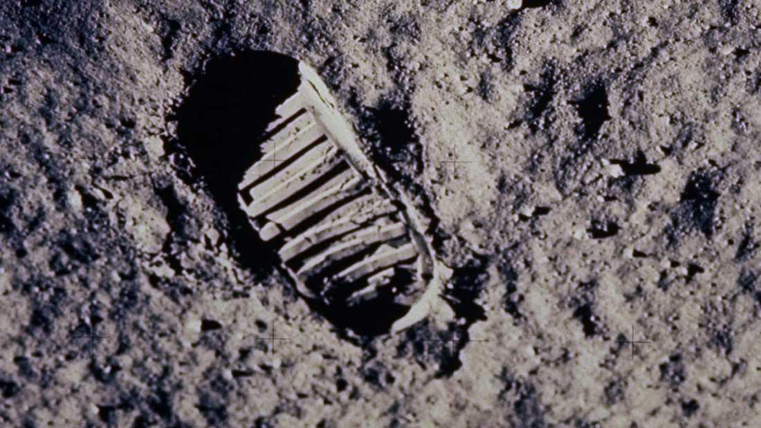Ett litet steg för en människa, ett gigantiskt kliv för mänskligheten. Den 21 juli 1969 satte människan för första gången sin fot på en främmande himlakropp. Ett historiskt ögonblick.