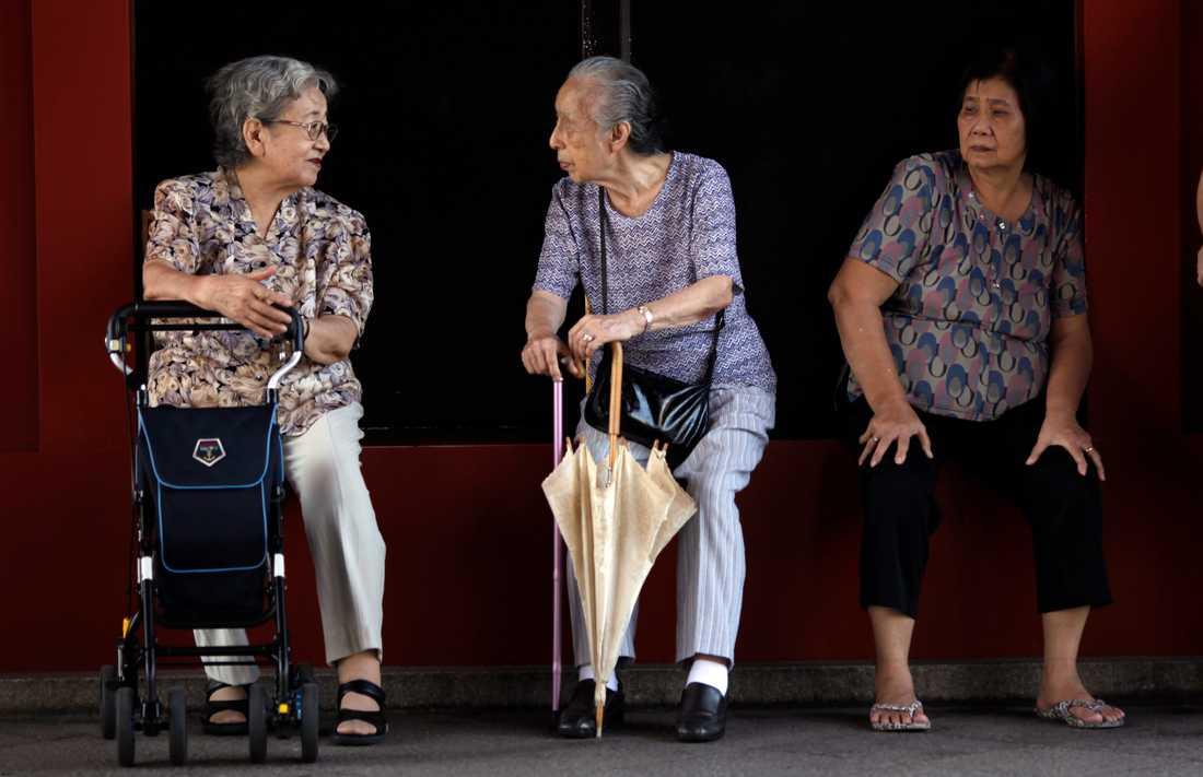 Tre äldre kvinnor i Tokyo samtalar med varandra. Japan är ett av de länderna i världen med högst medellivslängd, och bland kvinnor är den förväntade livslängden 88 år, enligt FN. Arkivbild.