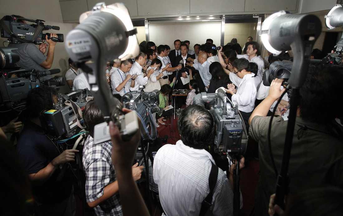 KRISMÖTE Japans hårt pressade finansminister Yoshihiko Noda försökte ge lugnande besked inför en skog av kameror och mikrofoner, strax innan de japanska börserna öppnade – och genast dök med 1.6 procentenheter.