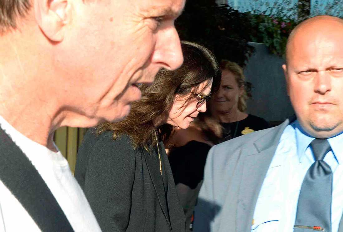 Ozzy omgiven av livvakter utanför Grand Hotel i Stockholm.
