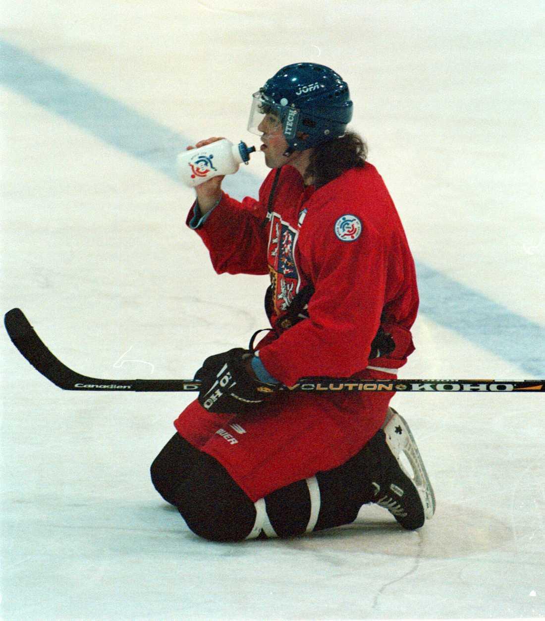 Jagr tar en drickapaus under ett träningspass i World Cup hösten 1996.