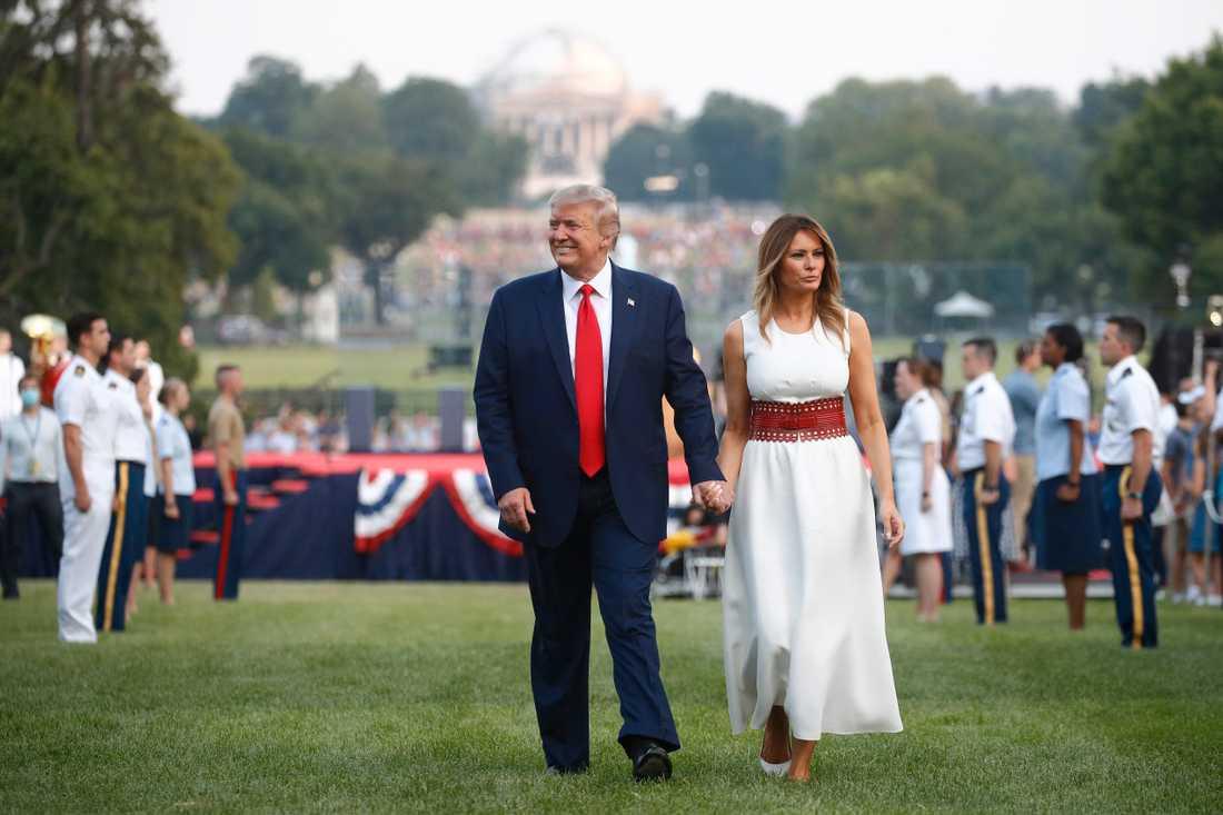 USA:s president Donald Trump tillsammans med sin hustru Melania vid nationaldagsfirandet utanför Vita huset.