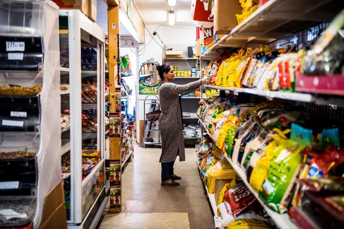 """Sana, 35, jobbar extra i butiken. """"Jag vet inte riktigt vad jag ska tycka"""", säger hon när hon läst texten i Göteborgs-Posten."""