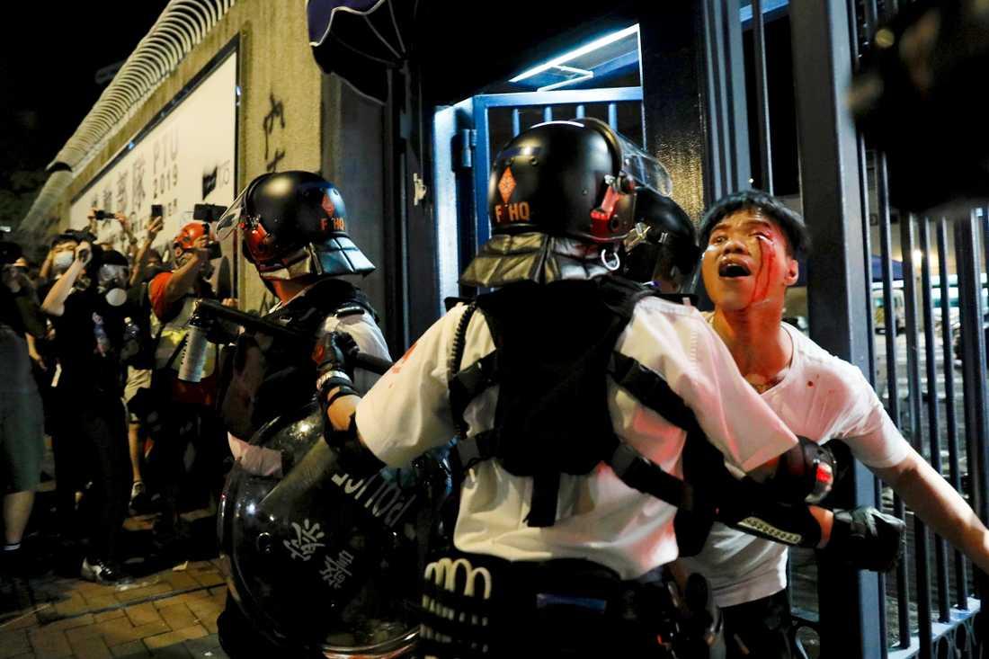 Polisingripandena i Hongkong har kritiserats för övervåld när tårgas och gummikulor använts mot demonstranter, samtidigt som det finns en oro att militära styrkor skulle vara ännu sämre rustade att ta sig an folkliga protester. Bild från 31 juli.