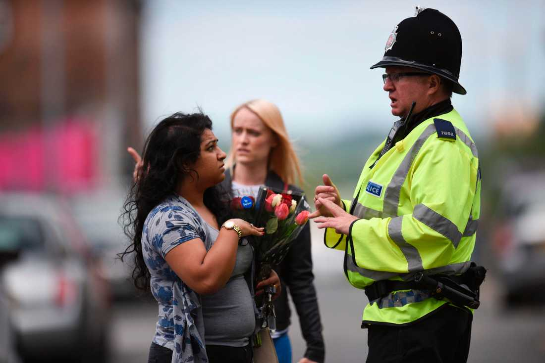 Människor sörjer i Manchester.