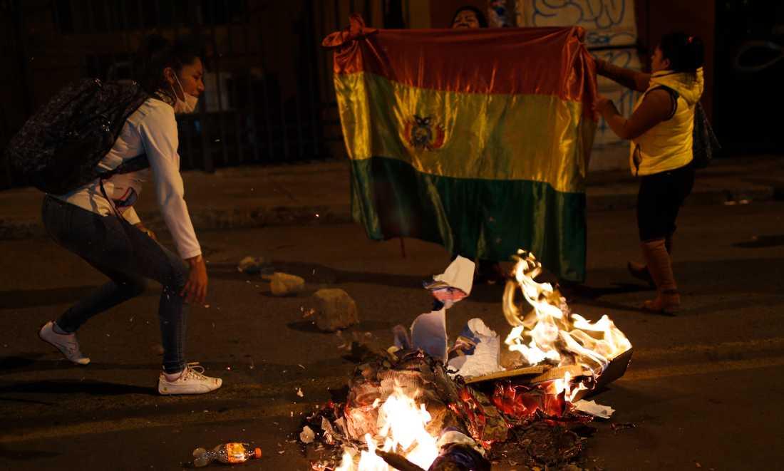 Demonstranter bränner valaffischer utanför valmyndigheten i protest mot resultatet.
