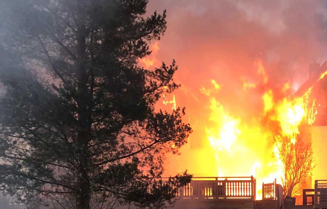 Här rasar elden i Huddinge.
