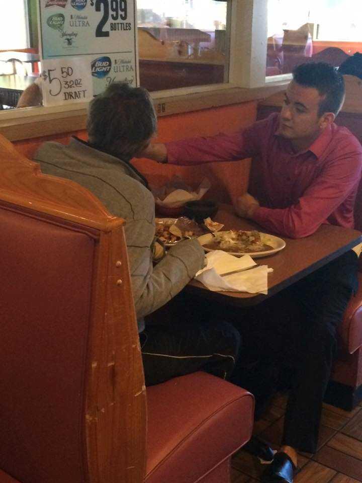 Servitören Alex Ruiz menar att han bara gjorde det rätta när han hjälpte mannen.