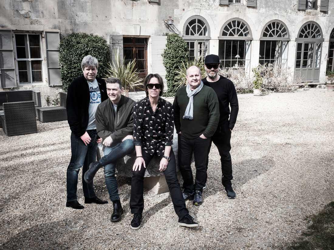 Fem grabbar från Halmstad utanför studion i södra Frankrike, där de lyxat till det och spelat in sin allra sista skiva.