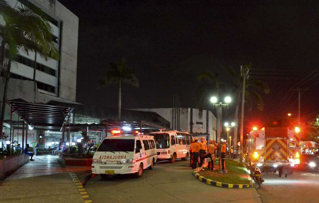 Räddningsfordon utanför ett sjukhus i Cali, Colombia, dit människor evakueras efter jordbävningen i Ecuador.