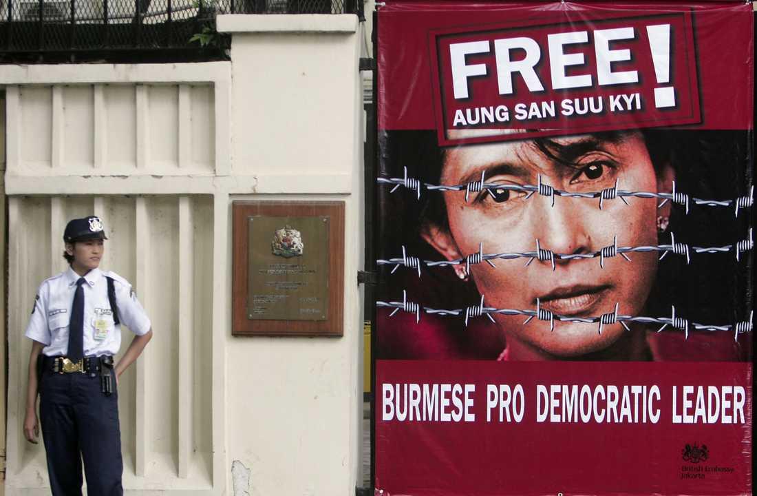 En säkerhetsvakt står vid brittiska ambassaden i Jakarta år 2000 där en stor banner på Aung San Suu Kyi hängts upp.