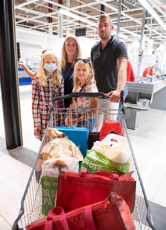 Geir och Linda Johansen med sina två döttrar reste från Drammen till Sverige, men vittnar om att många norrmän ser med onda ögat på landsmän som korsar gränsen.