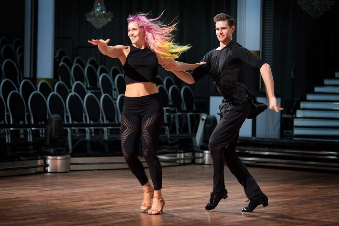"""Linnéa Claeson tillsammans med danspartnern Jacob Persson under repetitionerna inför säsongspremiären av """"Let's dance""""."""