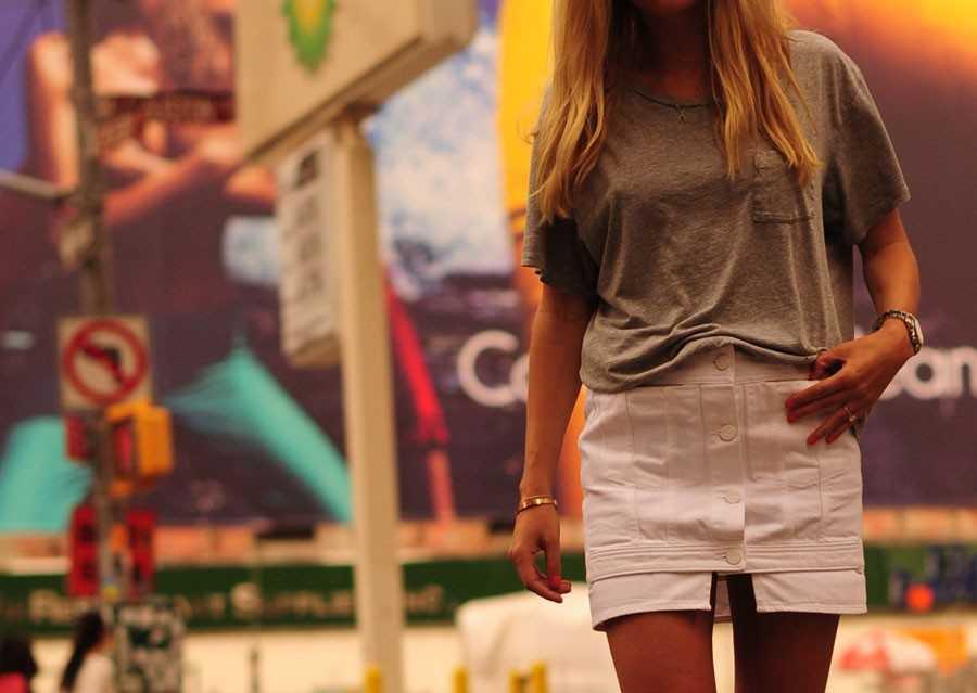 T-shirt - GAP, Jeanskjol - Acne, Sandaler - Chloé.