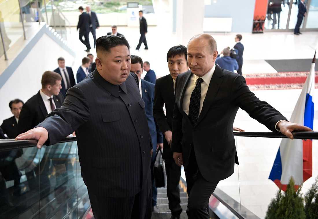 Putin och Kim på väg till mötet, där de samtalade under närmare två timmar på tu man hand.
