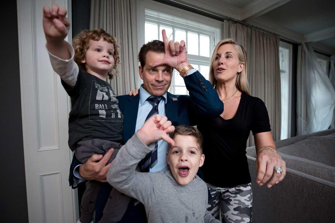 """""""Vad tycker vi om Trump?"""", säger Anthony innan bilden tas. Från vänster: Sonen James, 2, Nicholas, 5, och frun Deidre."""