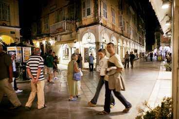 I Korfu stads gamla gränder samsas europeiska turister som köper billiga solglasögon med korfioter som tänder ljus vid katedralen Agios Spiridhon. Efter en heldag vid någn av stadens två fästningar passar det bra att söka sig till de svala gränderna för en sen middag med pastisada, en av öns många specialiteter.