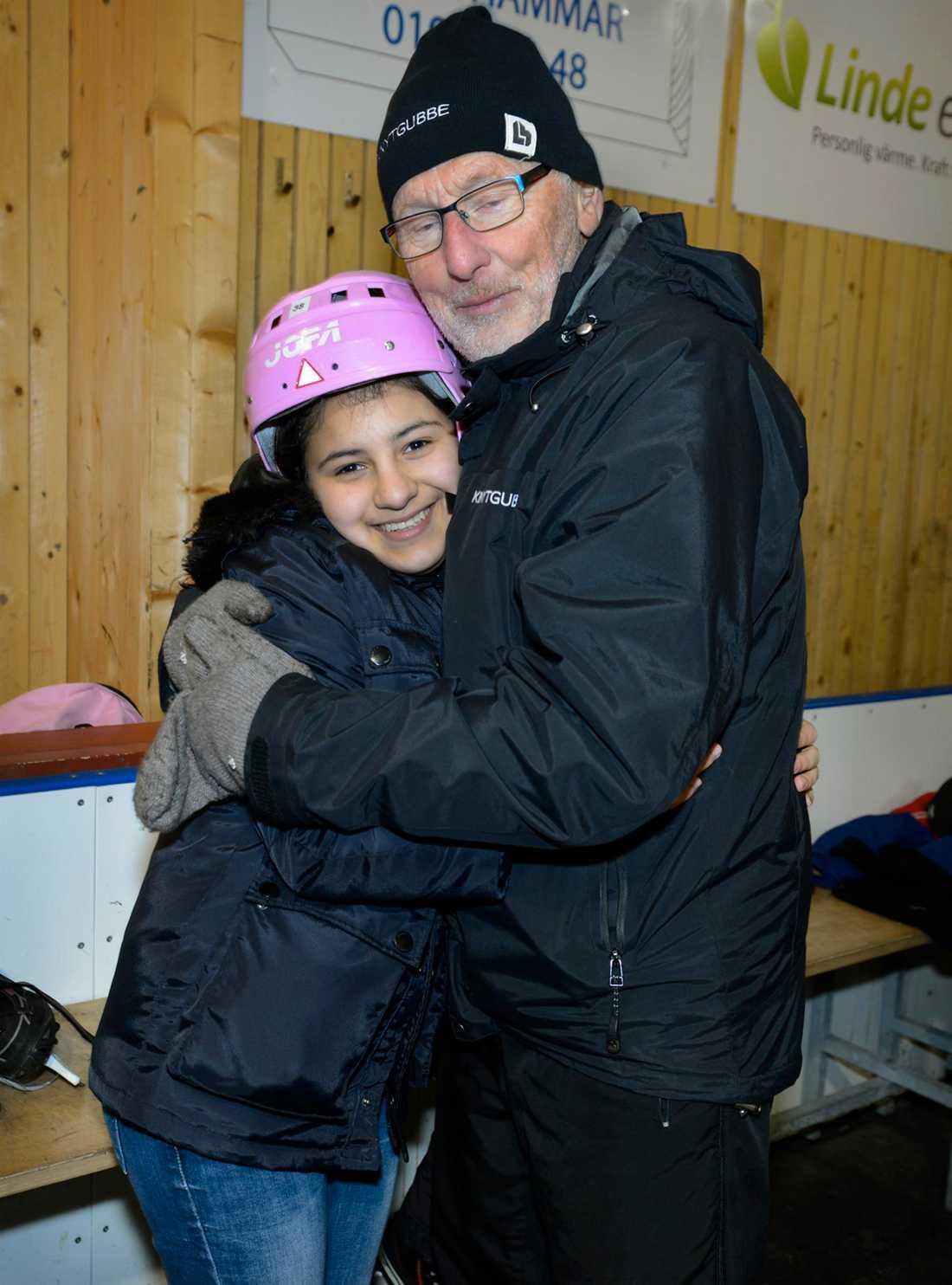 Pliggen Lindén med ett av sina skridskobarn, Zena från Irak.