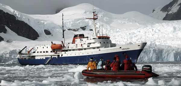 133 personer fick räddas från fartyget Ushuaia som sprungit läck under kryssning i Antarktis.