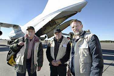 Ralph Ek, Jan Erik Micko och Gert Töppen lämnade Landvetter med en last av vatten och sanitetsutrustning från Röda Korset.