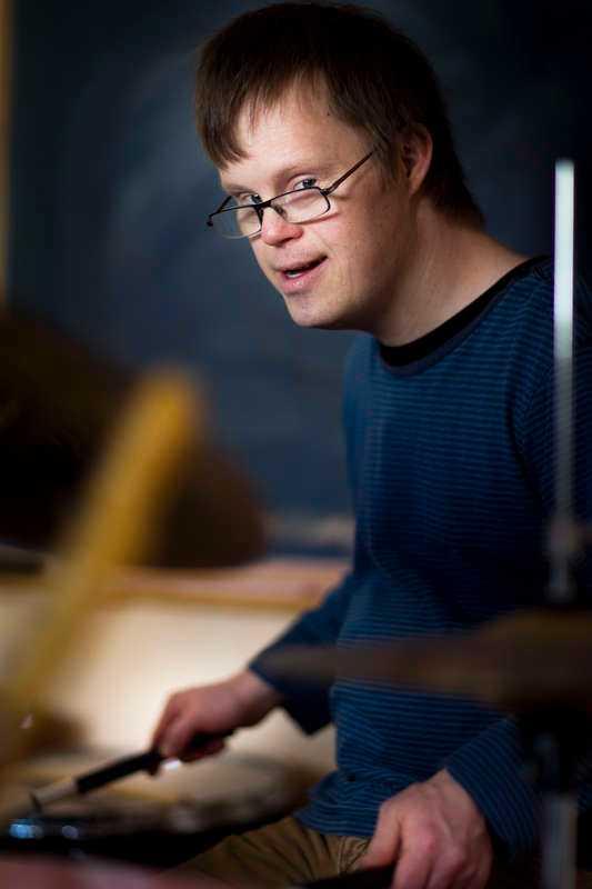 kan tvingas flytta  Tobias spelar både trummor, maracas och xylofon under musiktimmen på Tobiasgården i Kungälv. I nio år har han bott här, men nu har Försäkringskassan beslutat att Tobias inte längre ska få assistansersättning – och då kan han tvingas flytta.