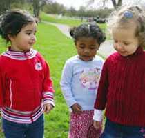 Min flicka med sina bästisar på utflykt i Hågelbyparken.