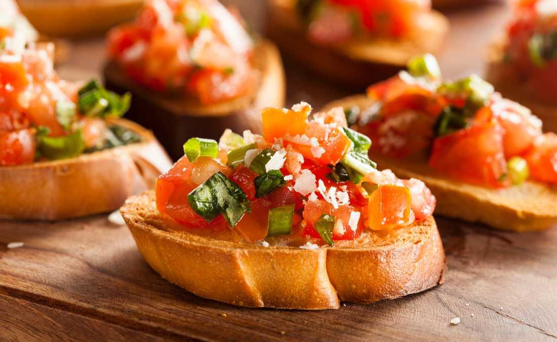 Bruchetta – italienska smaker på ett bräde.