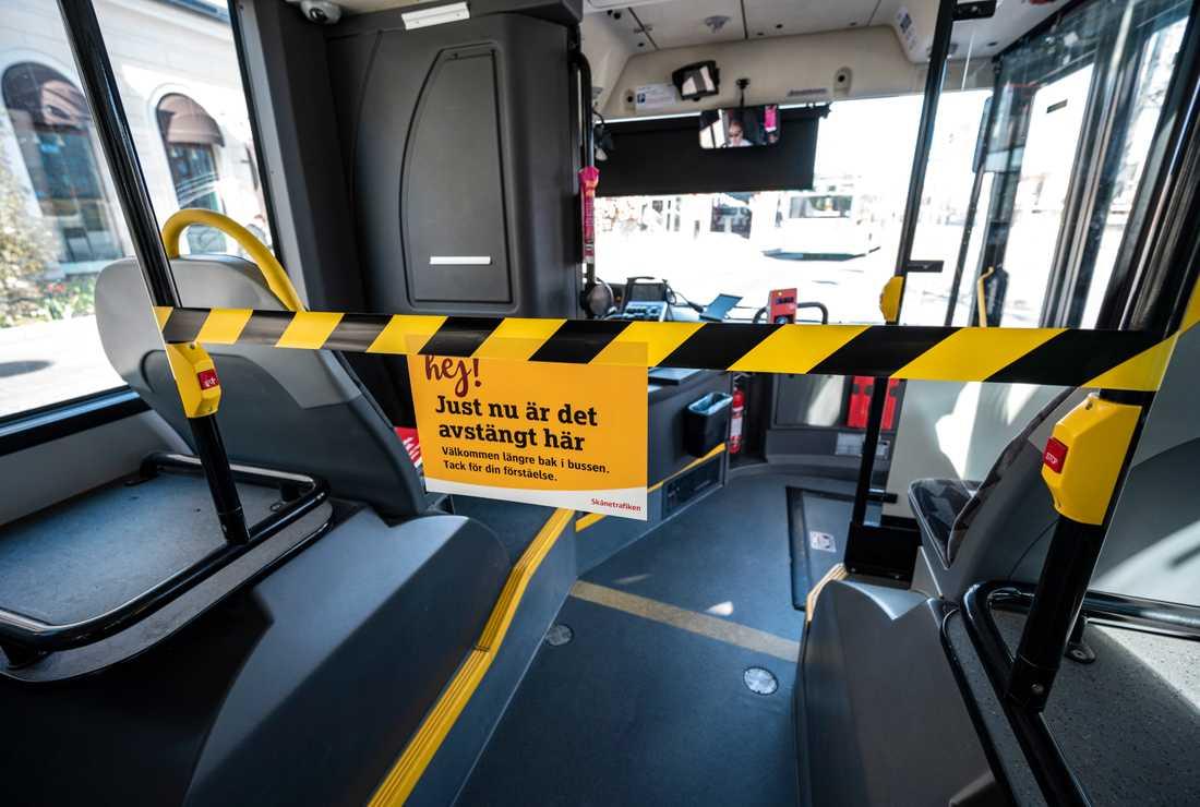 En man i Öregrund vägrade stiga på i bussens bakre del och attackerade sedan busschauffören. Så här ser det ut på en buss i Skånetrafiken som stängt av framdörrarna för att skydda chaufförerna.