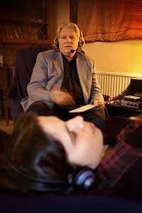 Under hypnos. Aftonbladets Terri Herrera Eriksson låter sig motvilligt hypnotiseras av hypnoterapeuten Jörgen Sundvall.