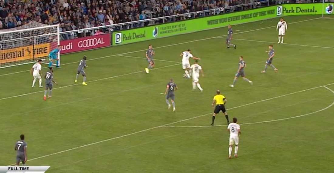 Förspelet till 1–0, Zlatans skott blockeras.