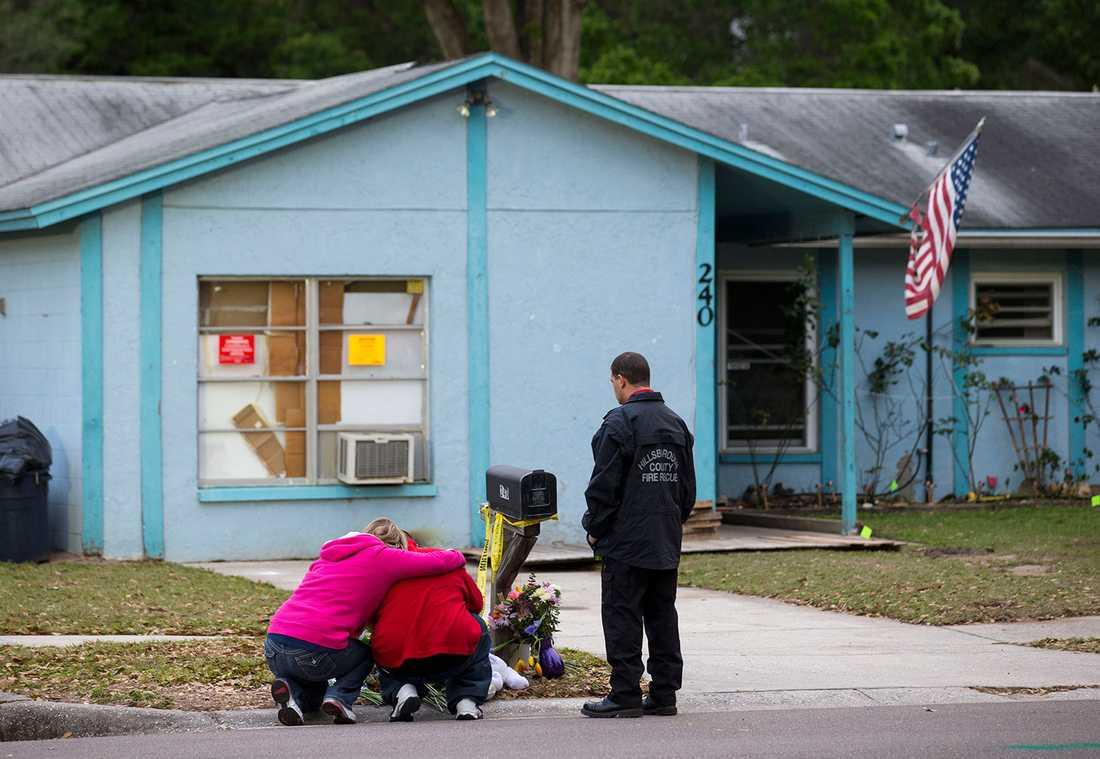 Jeffs bror Jeremy sörjer utanför huset strax innan rivningsarbetet påbörjades.