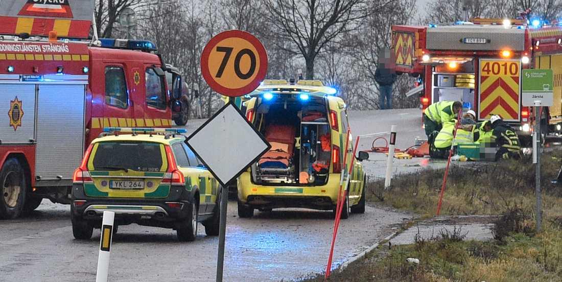 En bil och en lastbil har krockat på en avfart till E20. Tre personer har skadats.